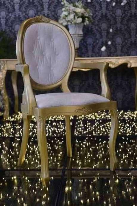 10. Cadeira medalhão branca com braço dourado. Fonte: Pinterest