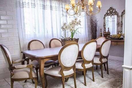 13. Cadeira medalhão branca com acabamento em madeira. Fonte: Pinterest
