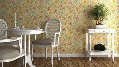 14. Cadeira medalhão branca e papel de parede colorido. Fonte: Westwing