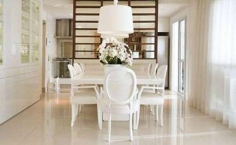 15. Cadeira medalhão branca. Fonte: Betania Pacheco Arquitetura