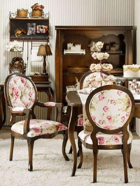 16. Cadeira medalhão com estofado estampado. Fonte: Pinterest