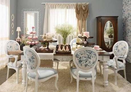 17. Cadeira medalhão com tecido estofado floral. Fonte: Pinterest