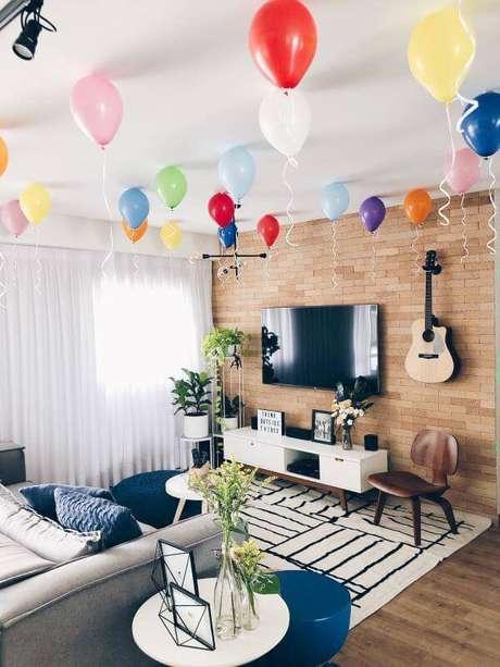 2. Festa em casa com balões no teto da sala – Via: Apartamento 203