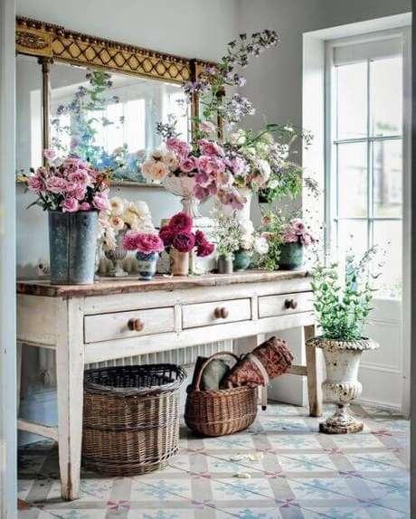 35. Decoração de festa em casa com flores artificiais – Via: Detalhes do Ceu