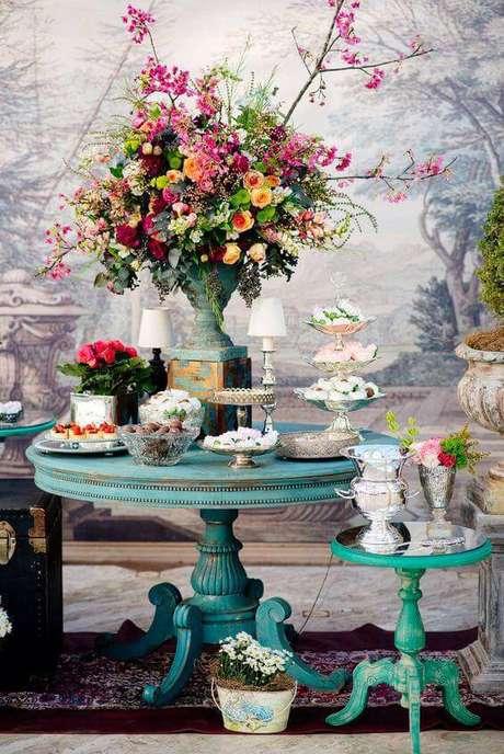 36. Decoração de festa em casa colorida com arranjos de flores e móveis antigos – Via: Pinterest