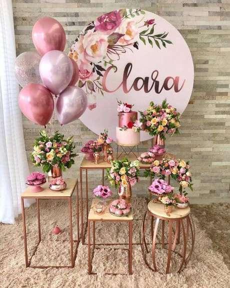 37. Escolha um bom lugar para colocar a decoração de festa em casa e ter fotos lindas – Via: Tua Casa