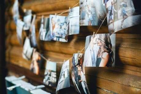 41. Use fotos do casal para decorar sua festa em casa de casamento ou noivado – Via: Homepedia