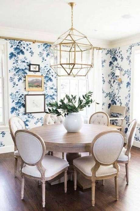 26. Sala de jantar deslumbrante com papel de parede floral. Fonte: Pinterest