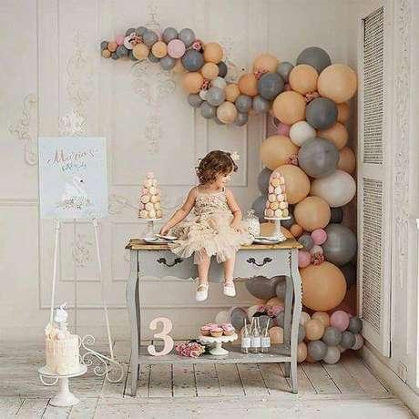 45. Festa de aniversário em casa com balões na paleta de cores dos móveis – Via: Pinterest