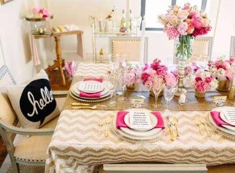48. Festa em casa com decoração rosa e dourado – Via: Meu Casamento