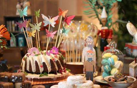 54. Festa em casa com flores decorando o bolo – Via: Casa e Jardim