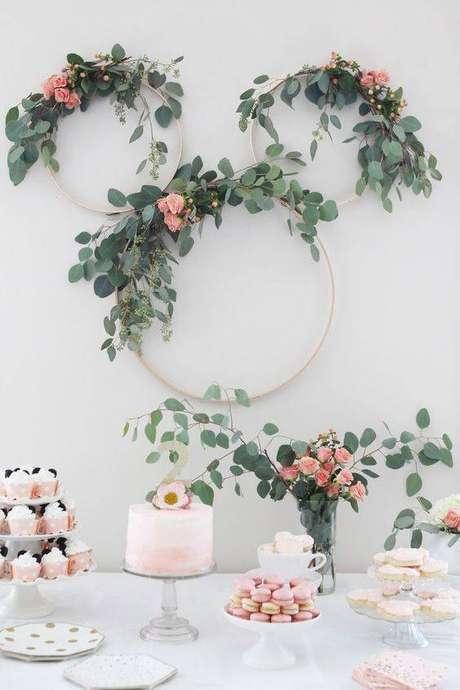 56. Festa em casa com arco de flores na mesa de doces – Via: Pinterest