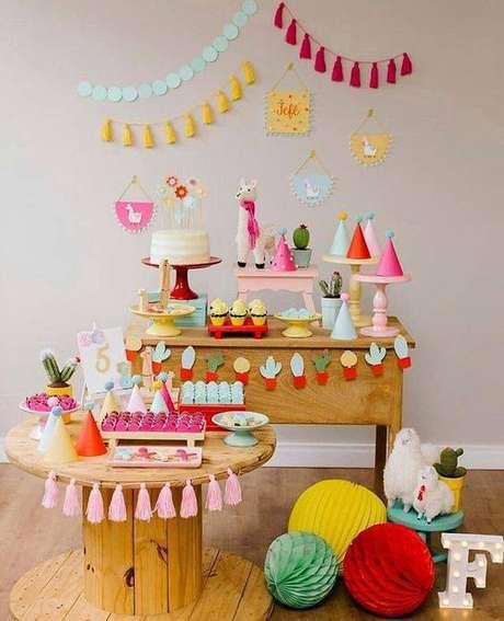 60. Festa em casa com detalhes coloridos na decoração – Via: Pinterest