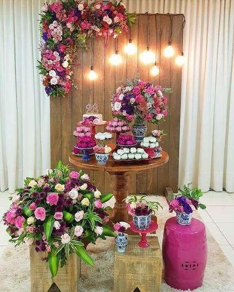 6. Festa em casa com flores cor de rosa e roxo – Via: Pinterest