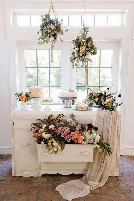 11. A gaveta aberta com flores dentro é uma alternativa de enfeitar a decoração da sua festa em casa – Via: Ruffled Blog