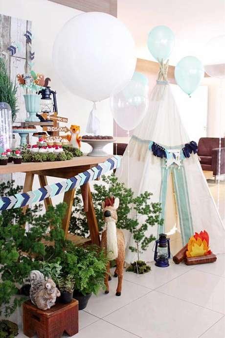 16. Festa em casa infantil com cabana para fotos – Via: Blog Encontrando Ideias