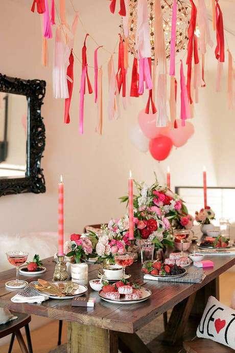 18. Festa em casa com mesa de jantar decorada e cheia de doces – Via: Pinterest