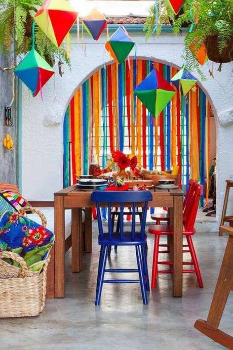 3. Festa em casa com móveis coloridos e balões de festa junina – Via: Arquitrecos