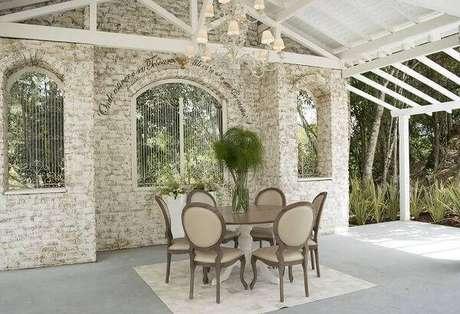 31. Mesa redonda com cadeira tipo medalhão estilo provençal. Fonte: Pinterest
