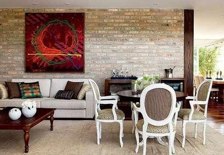 34. A parede de tijolinho aparente integra os ambientes da sala de jantar e sala de estar. Fonte: Pinterest