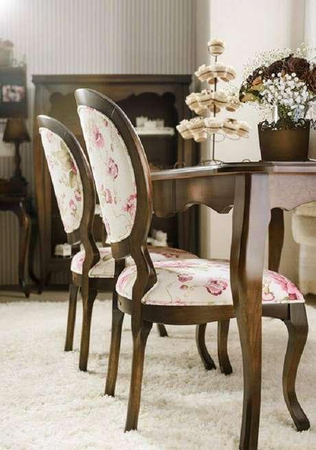 36. Modelo de cadeira tipo medalhão com tecido floral. Fonte: Pinterest