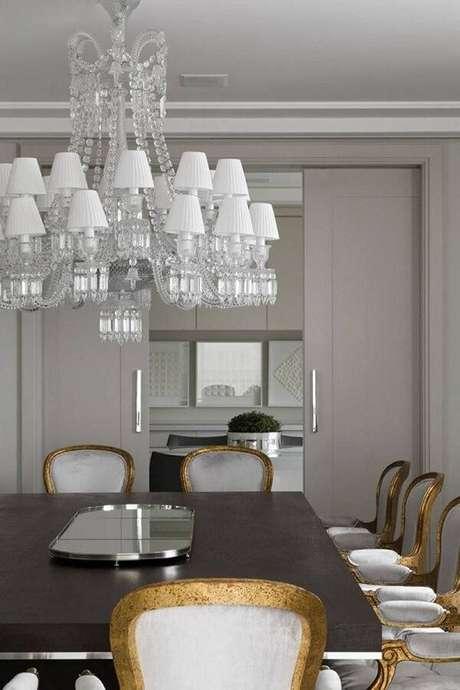 38. Sala de jantar elegante com cadeira dourada do tipo medalhão. Fonte: Pinterest
