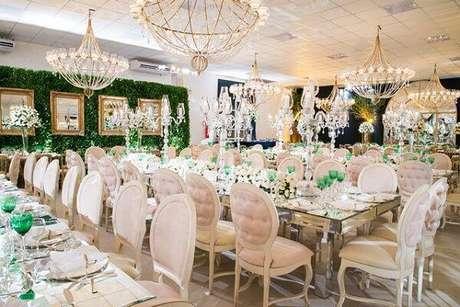 39. Salão de festas com decoração clássica recebem essas cadeiras. Fonte: Inesquecível Casamento