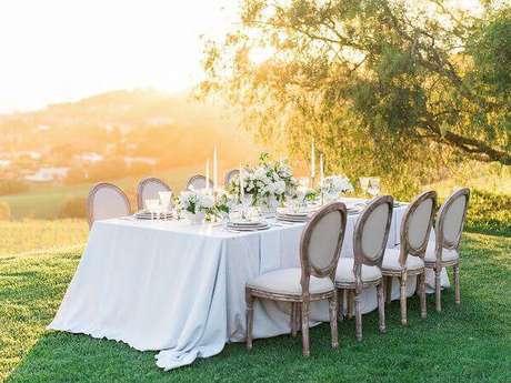 43. Essas cadeiras são puro charme na decoração de casamento. Fonte: Pinterest
