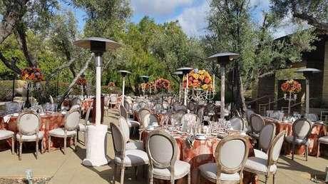 44. Espelhe essas cadeiras por toda a decoração de casamento. Fonte: Pinterest