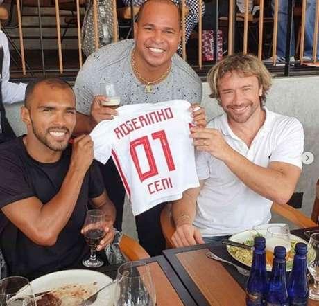 Richarlyson, Aloísio e Lugano durante almoço no Morumbi - a camiseta é para o filho do ex-atacante, que se chama Rogério em homenagem ao Mito - FOTO: Divulgação