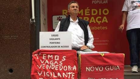 O plaqueiro Jonas Luis dos Santos trabalha há 15 anos recebendo currículo na rua Barão de Itapetininga