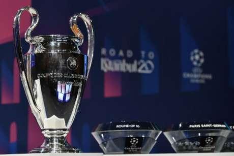 Sorteio da Liga dos Campeões definiu os confrontos para as oitavas de final (Foto: Fabrice COFFRINI / AFP)