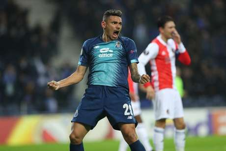 Tiquinho Soares passou da marca de 50 gols pelo porto e agora busca título europeu (Foto: Reprodução/Twitter Porto)
