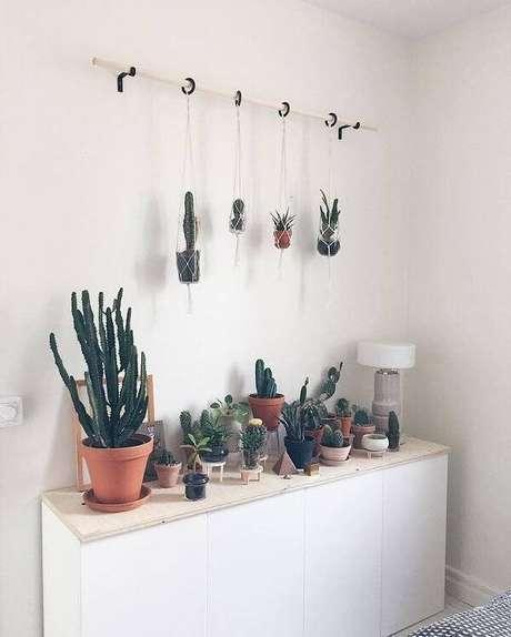 12. Os vasos com diferentes tipos de cactos podem ficar suspensos no ambiente. Fonte: Pinterest