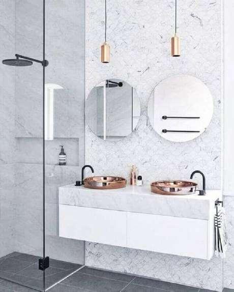 32. Banheiro com revestimento de mármore – Via: Design Stuff