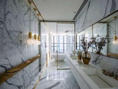 33. Banheiro em mármore carrara com pendentes dourados – Via: Moda sem limites blog