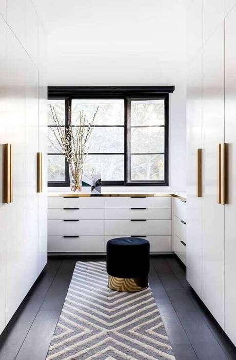 15. Closet moderno decorado na cor branca com piso preto – Foto: We Heart It