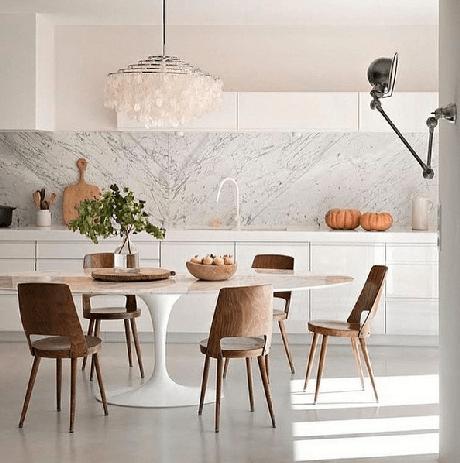 34. Cozinha com mármore na parede e armários brancos – Via: Assim eu Gosto