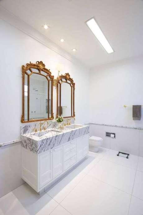 36. Decoração de banheiro clean com espelhos clássicos – Projeto: Piloni Arquitetura