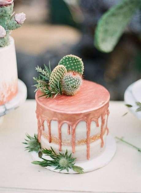 41. Decore o bolo com diferentes tipos de cactos e suculentas. Fonte: Casa e Festa