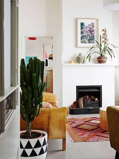 43. Sala de estar com lareira e vaso com diferentes tipos de cactos. Fonte: Pinterest