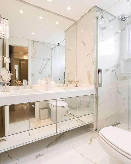 37. Mármore carrara no revestimento do banheiro – Via: Home Decore