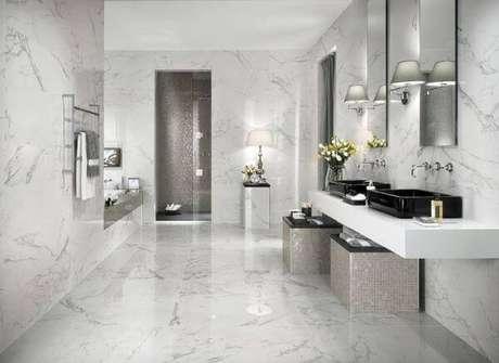 38. Banheiro com revestimento de mármore – Via: Construindo Decor