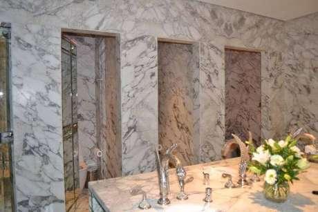 40. Mármore carrara no banheiro – Projeto: Bruna Fraga
