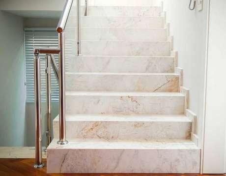 42. Mármore carrara bege na escada – Via: Casa e Festa