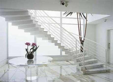 43. Escada em mármore carrara – Via: Casa e festa