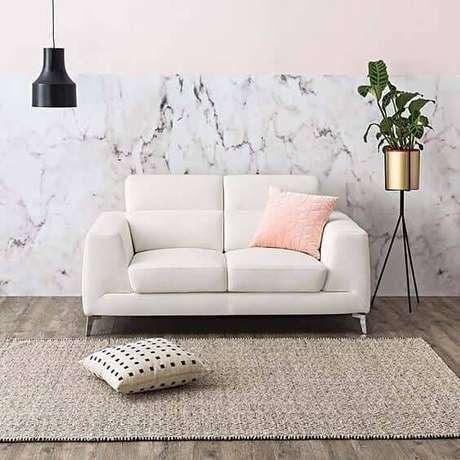 44. Sala de estar com parede decorara com mármore – Via: Casamore