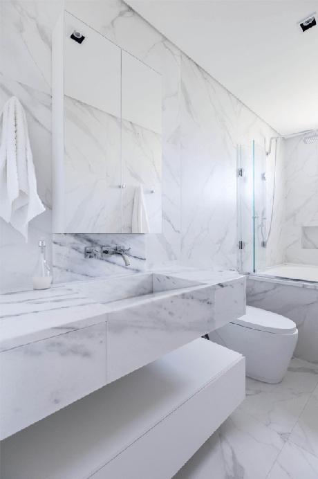 4. Banheiro clean com mármore de carrara – Via: Pinterest