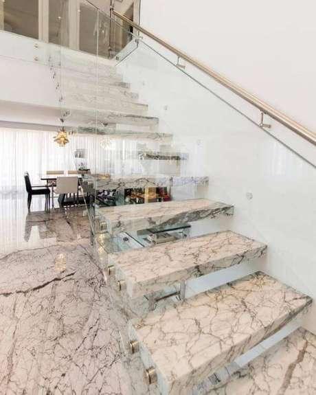 53. Escada com mármore carrara – Foto: Giancarlo Filgueras