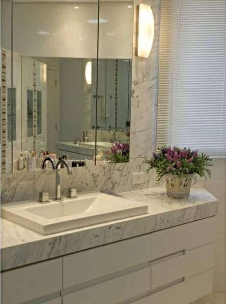 54. Mármore carrara no banheiro com espelho clean – Foto: Lilian Simões